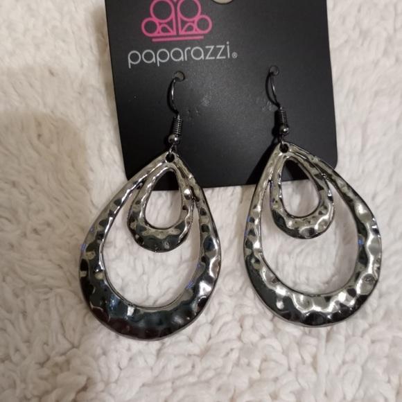 Museum Muse black earrings NWT